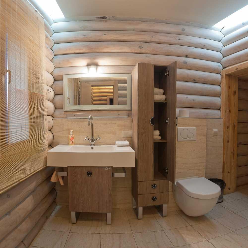 Санузел в деревянном доме (38 фото): определяемся с материалами и способом отделки