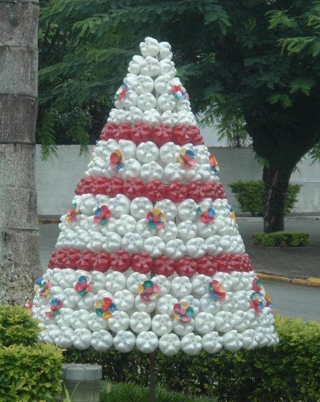 Рождественская елка из пластиковых бутылок своими руками. как сделать ёлку из пластиковых бутылок. новогодняя елка из ниток, сделанная своими руками: мастер-класс на видео в домашних условиях