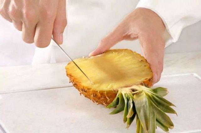 Как почистить ананас, чтобы нарезать его красиво и экономно