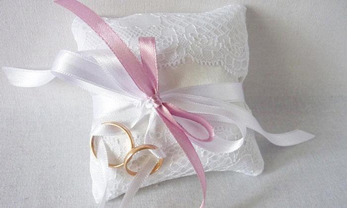 Подушечка для обручальных колец: милый пустяк или важный свадебный аксессуар?