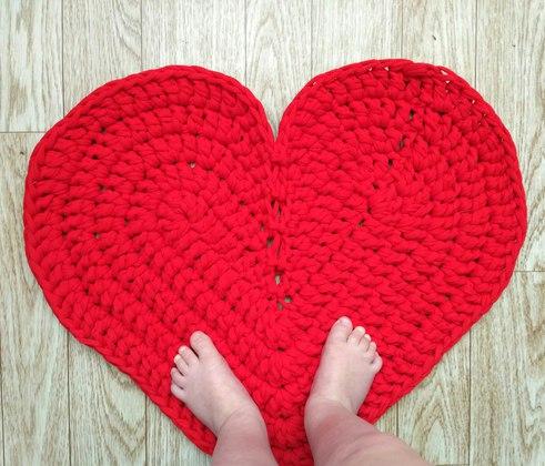 Вязаный коврик в виде сердца — своими руками