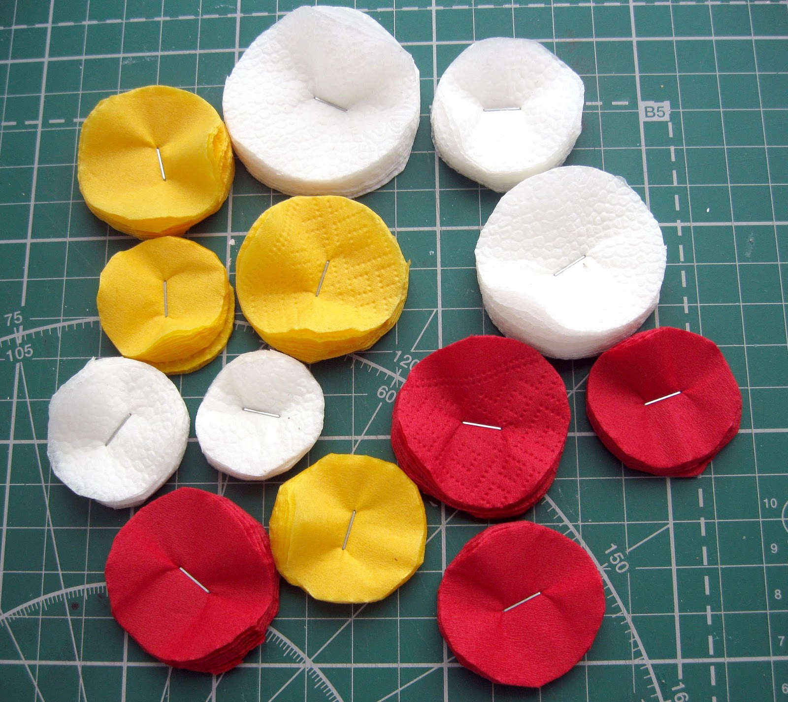 Поделки – цветы из салфеток для начинающих для топиария, аппликации, объемной цифры, на стол, в горшках: идеи, шаблоны, схемы, фото. как красиво сложить цветок из бумажной салфетки?