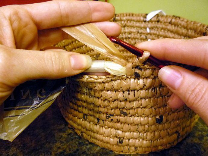 Эксклюзивная вещица из копеечного материала: мастер-класс по плетению корзинки из полиэтиленовых пакетов