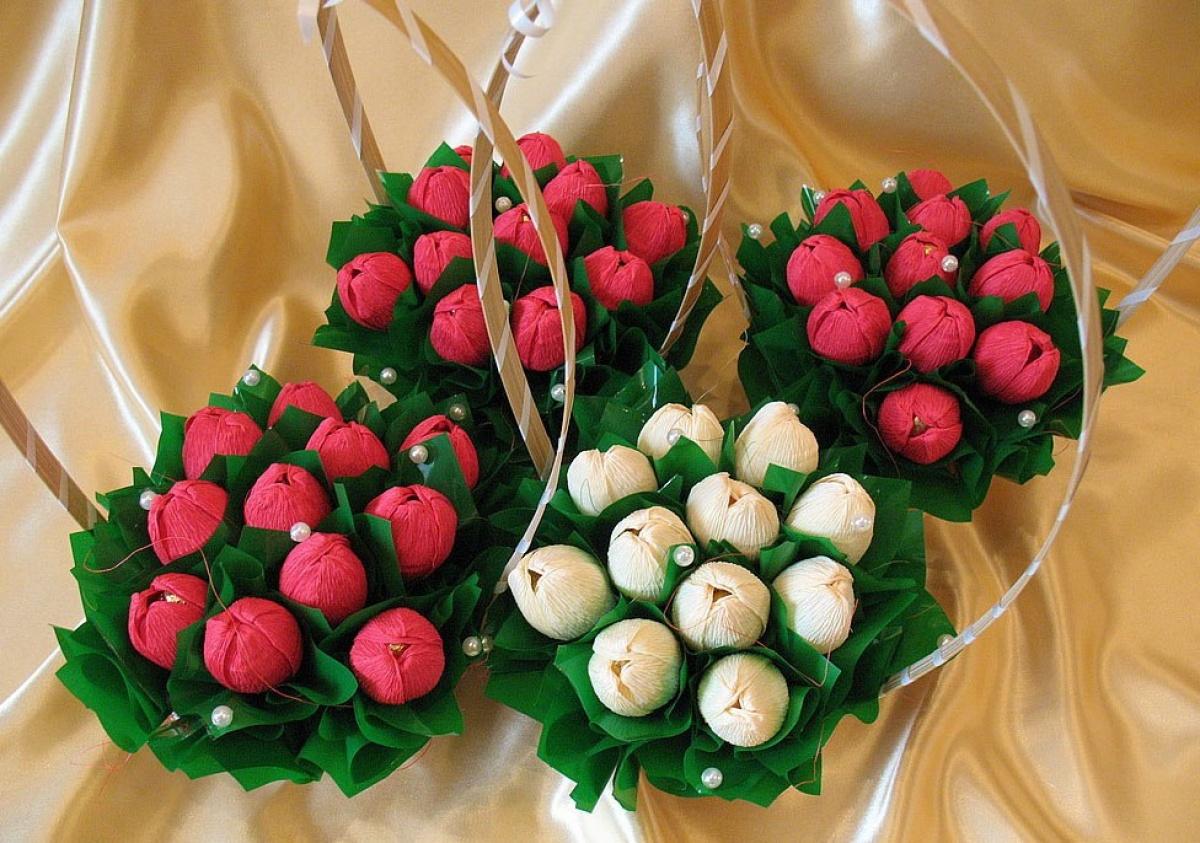 Букеты из конфет своими руками: с фруктами и цветами, пошаговые фото для начинающих