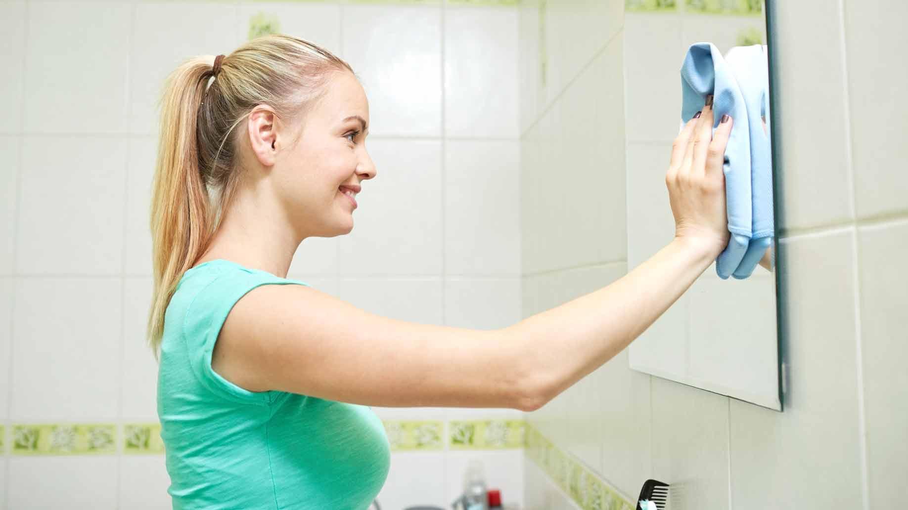 Чтобы зеркало в ванной не запотевало я просто прилепила эту...