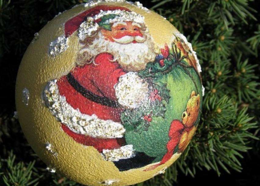 Новогодний декупаж: идеи декорирования елочных игрушек и подарков своими руками 2020, украшение тарелок и бокалов на новый год в технике декупаж