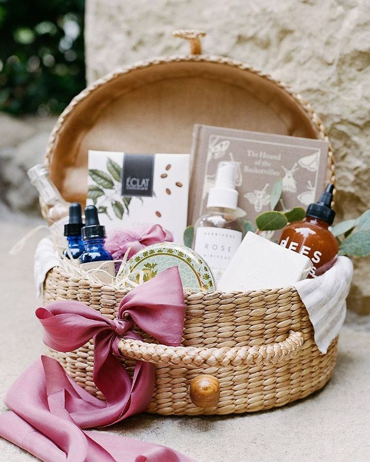 Прикольные подарки на свадьбу для молодожен: советы