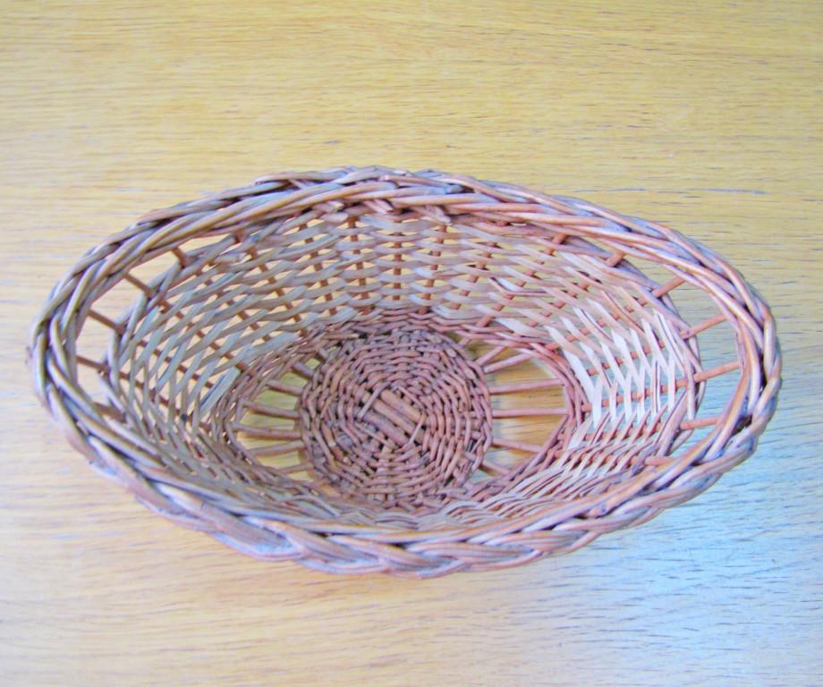Сухарница (11 фото): плетеные и пластмассовые сухарницы с крышкой, серебряные сухарницы и другие варианты