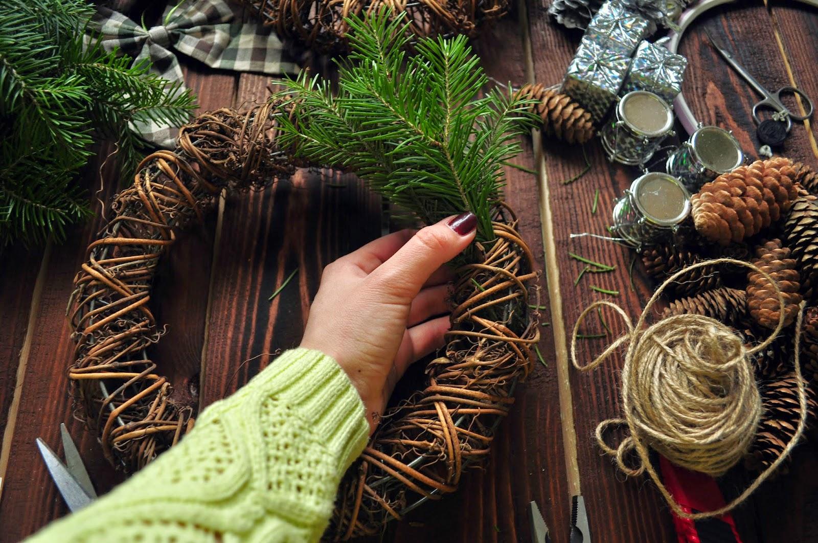 Рождественский венок своими руками из еловых веток: мастер класс пошагово