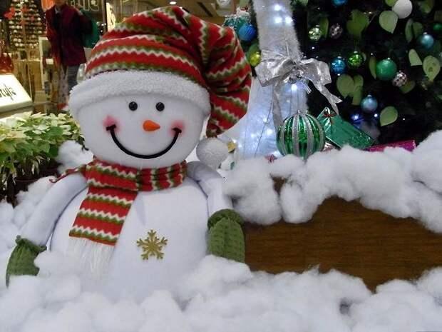 Веселый снеговик из ваты