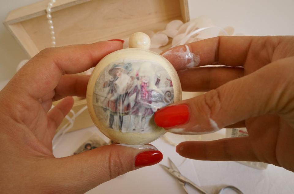 Декупаж новогодних шаров - мастер класс от ведущих дизайнеров (90 фото)