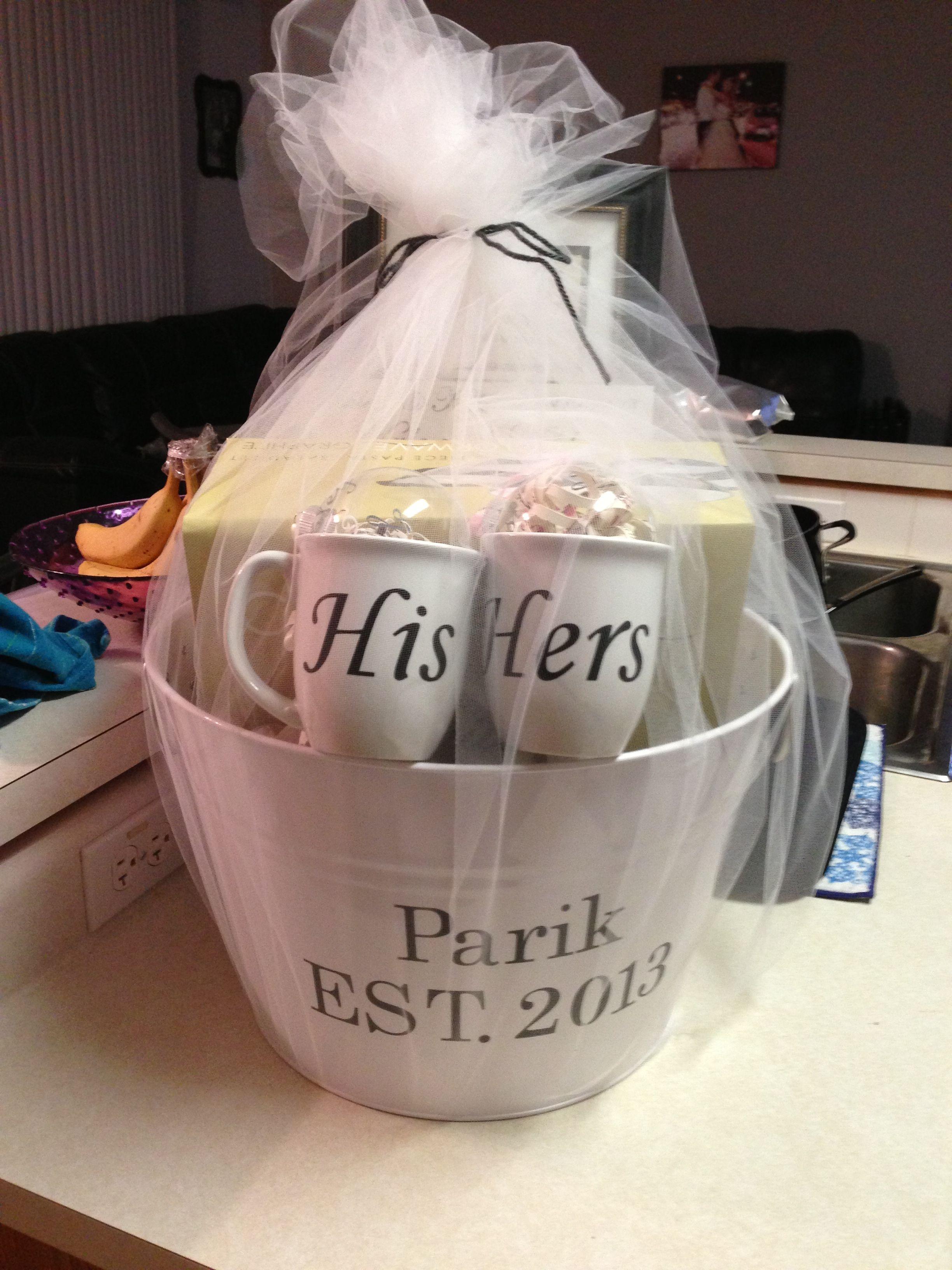 Подарок на свадьбу из конфет, как его преподнести?