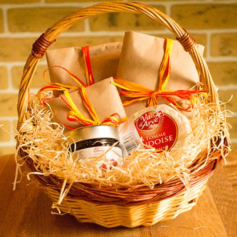 Свадебные корзины (39 фото): как украсить корзинки на свадьбу для лепестков роз, шампанского или конфет своими руками?