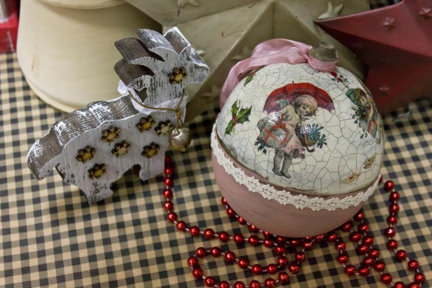 Декупаж новогодних шаров и других предметов (фото и видео)