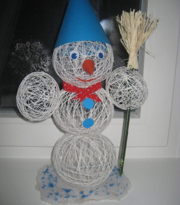 Небольшие новогодние снеговики из ниток и шариков своими руками