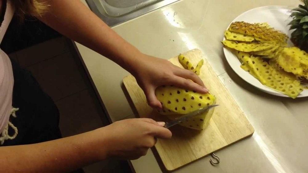 Как чистить ананас: нарезаем и едим