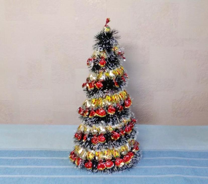 Пошаговая инструкция как сделать елочку из конфет. новогодняя елка из конфет своими руками – рецепт с фото, как ее сделать пошагово. из мягких конфет