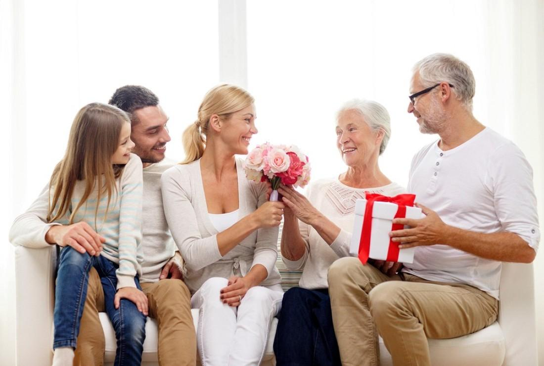 Новые 104+ идеи что подарить родителям на годовщину свадьбы (в примерах)