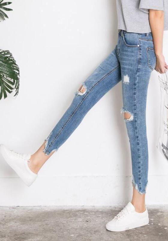 Как укоротить джинсы не обрезая низ без машинки, не подшивая с помощью резинки. видео