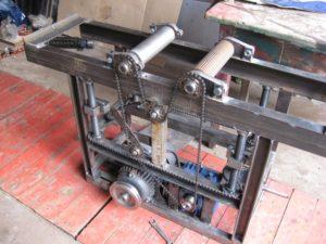 Точный сверлильный станок своими руками из ручной дрели или шуруповерта легко и быстро