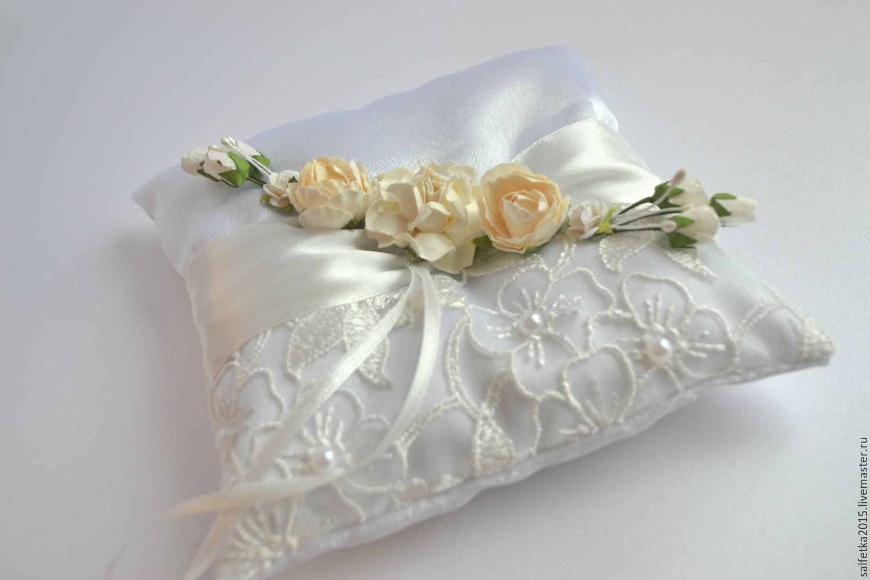 Подушечки для колец на свадьбу - какие выбрать? 65 фото трендов сезона!
