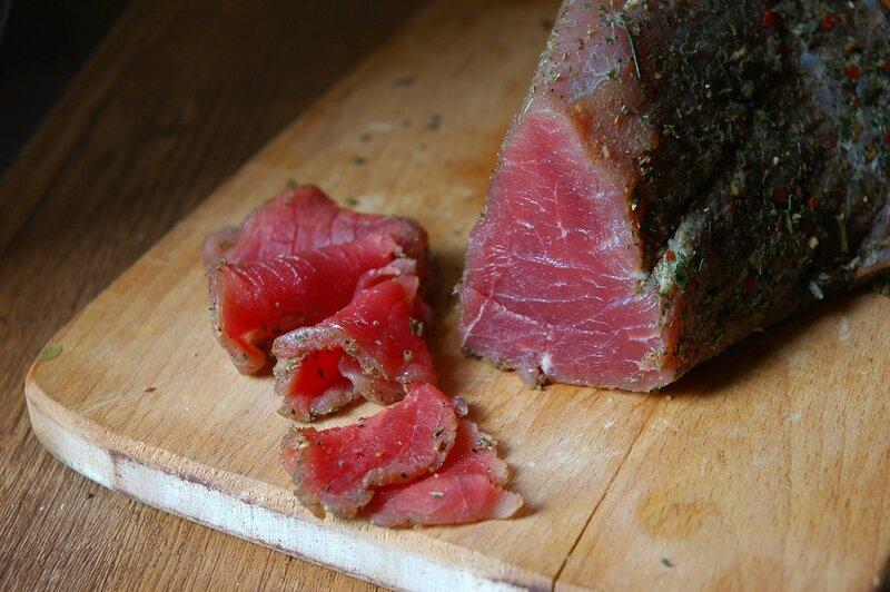 Зачем и как засолить мясо для копчения в домашних условиях: методы и технологии