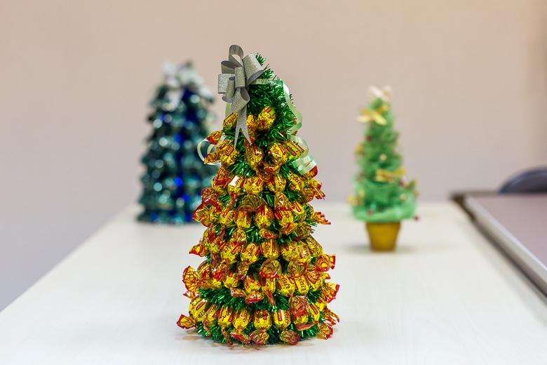 Новогодняя елка своими руками из разных подручных материалов