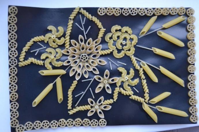 Поделки из макарон своими руками: бусы, картины, осенние, зимние …