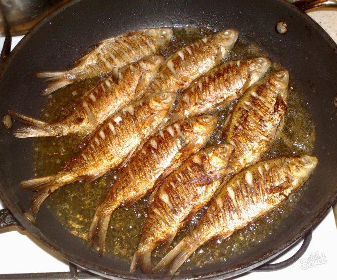Жареная рыба на тарелке