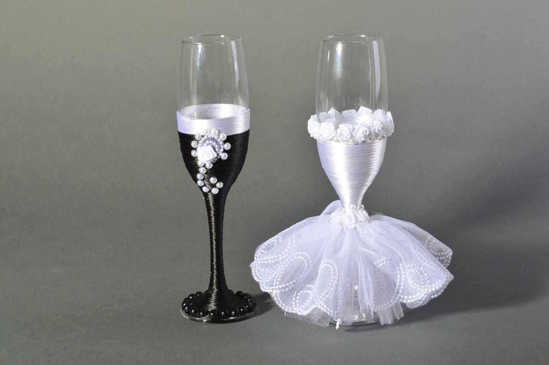 Свадебные бокалы (55 фото): фужеры на свадьбу для жениха и невесты, гравировка на бокалах для шампанского ручной работы