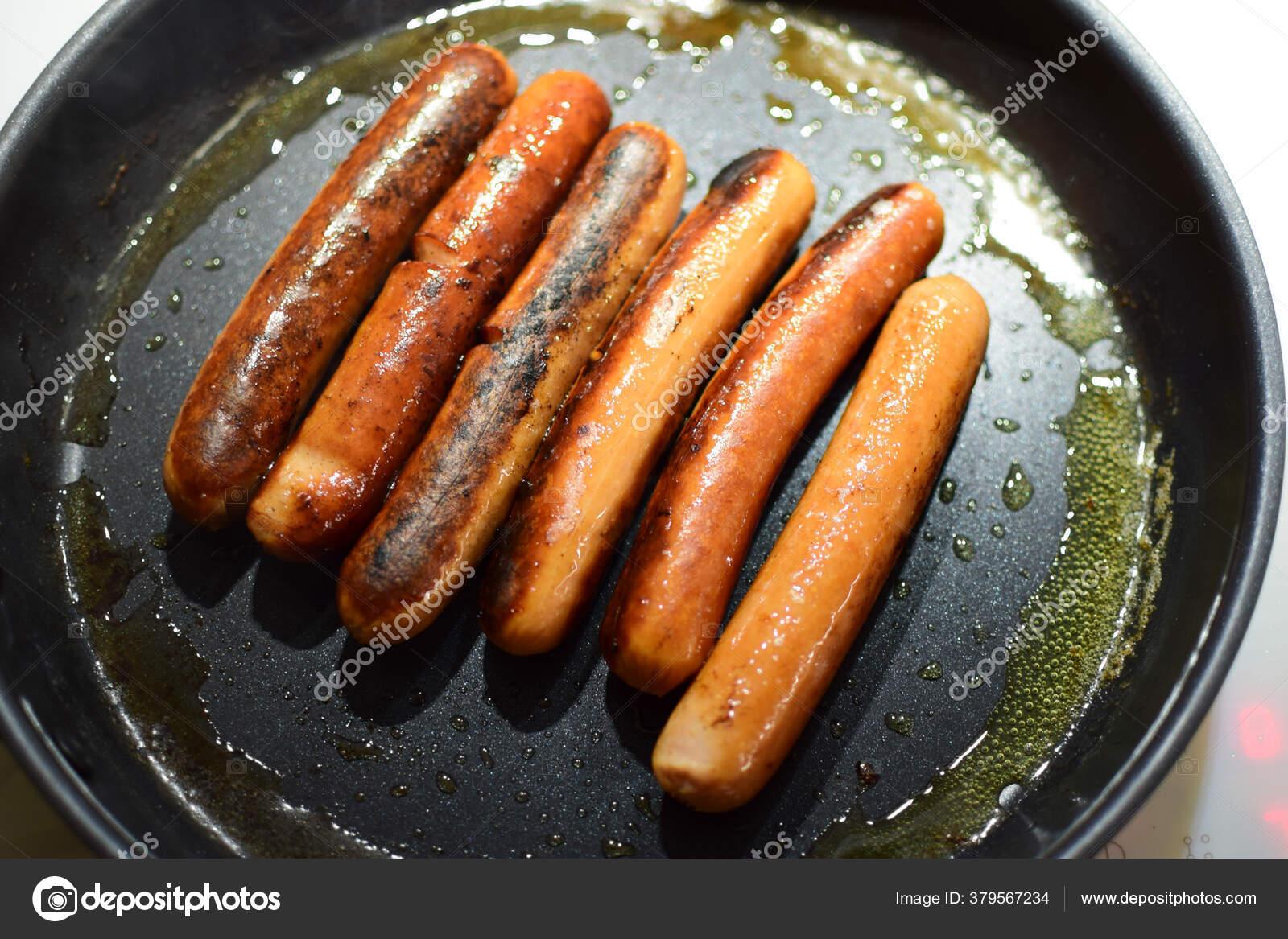 Жареные сосиски на сковороде