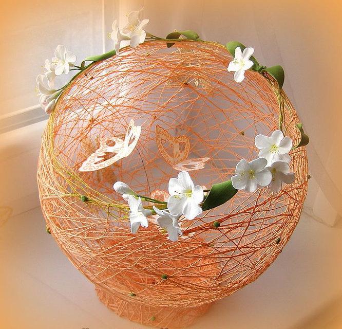 Цветочки из нитей в самодельной вазе