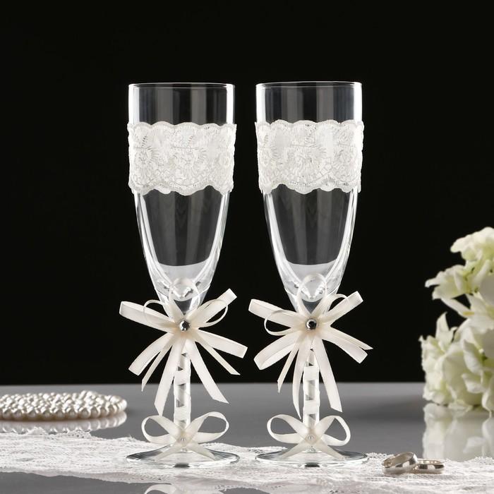 Украшение бокалов своими руками — варианты оформления свадебных бокалов. декорирование кружевом и тканью, лентами, стразами, блестками, искусственными цветами. пошаговая инструкция по оформлению